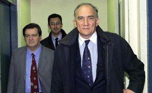 Charles Millon, à la sortie de l'Hôtel de ville de Lyon, le 12 mars 2001