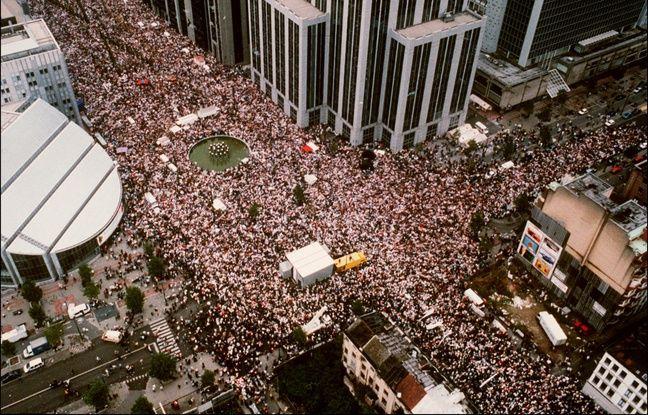 Bruxelles, le 20 octobre 1996. Des centaines de milliers de Belges manifestant dans les rues de Bruxelles en mémoire des victimes de Marc Dutroux.