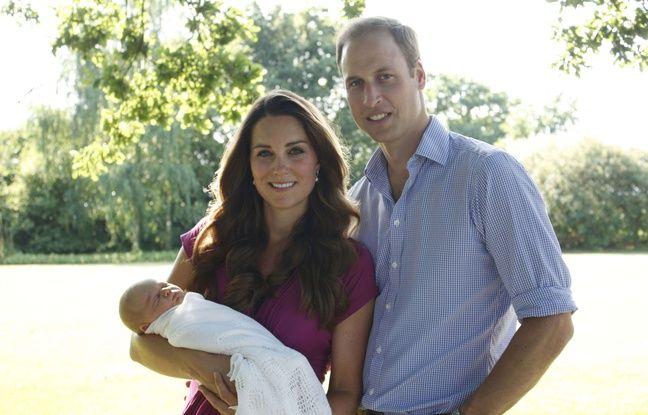 Kate Middleton, en robe fuchsia signée Séraphine, et le prince William pour poser sur la première photo officielle du prince George en août 2013.