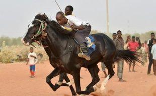 Des jockeys nigériens s'affrontent lors d'une course dans l'hippodrome de Niamey, le 27 février 2016