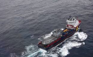 Une photo (prise par la Marine Nationale) d'un navire anti-pollution en train de se rendre sur le site.