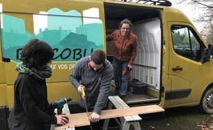 Le Bricobus aide des personnes isolées ou aux revenus modestes à réaliser des petits travaux chez eux.
