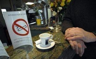 Après une tolérance de 24 heures le jour de l'An, l'interdiction de fumer dans les lieux publics semblait bien respectée mercredi, selon des sources concordantes.