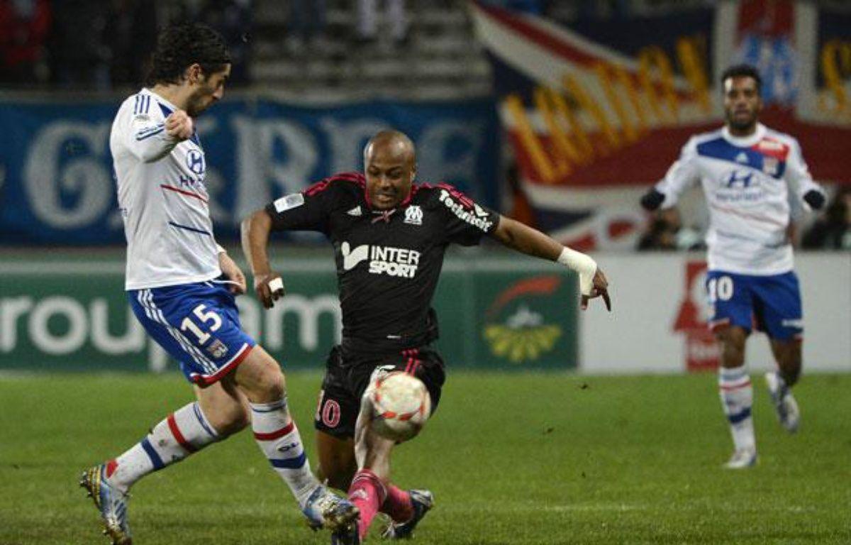 Le défenseur lyonnais Milan Bisevac face au Marseillais André Ayew, le 28 novembre 2012, au stade Vélodrome. – BORIS HORVAT / AFP
