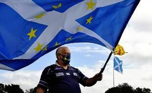 Un partisan de l'indépendance portant un drapeau mêlant les couleurs de l'Ecosse à celles de l'Union européenne, à Stirling en Ecosse le 19 août 2020.