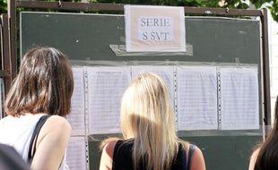 Des jeunes femmes regardent les résultats du bac, affichés dans le lycée Emile Zola, à Rennes, le 5 juillet 2017.