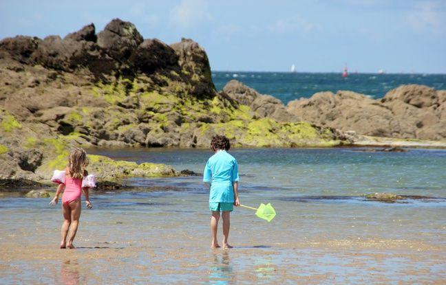 Des enfants jouent sur la plage de Saint-Malo.