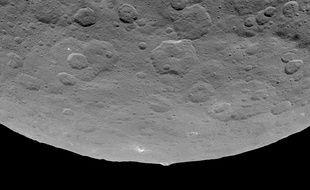 Cette photo de Cérès prise par la sonde Dawn le 14 juin montre une mystérieuse montagne en forme de pyramide au milieu d'une zone plate.