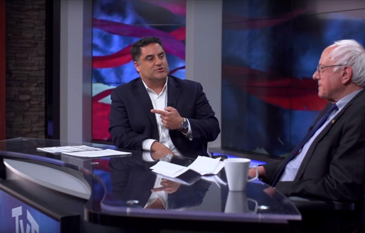 Cenk Uygur recevant Bernie Sanders le 23 mars 2016 sur la chaîne The Young Turks. – TYT/YouTube