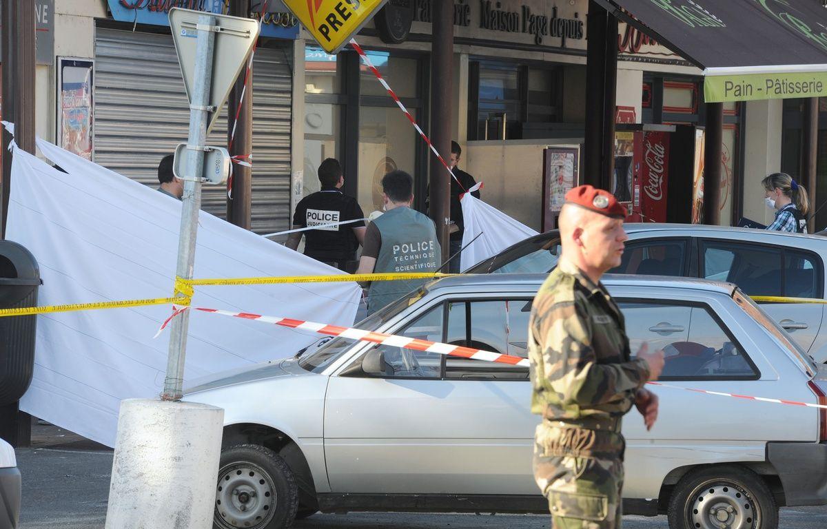 Le 15 mars 2012, à quelques mètres de l'entrée du 17e RGP, deux militaires sont tués par Mohamed Merah et un grièvement blessé. – ERIC CABANIS / AFP