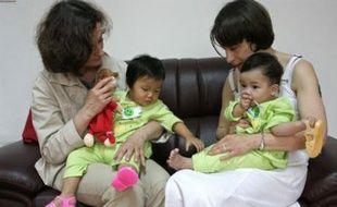 Deux européennes, avec leur enfant nouvellement adopté en Chine.