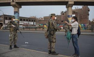 Des militaires contrôlent un passant à Lima le 2 avril 2020.