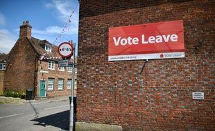 Une affiche pro Brexit placardée sur un immeuble, à Charing le 16 juin 2016
