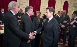 Toujours donné largement perdant de la présidentielle, M. Sarkozy a fait du paquet de mesures discutées mercredi l'une de ses cartes maîtresses pour tenter d'inverser la tendance. Mais la gauche et une partie de la droite, de même que les syndicats, sont résolument opposées à la TVA sociale. Seul le patronat y est favorable, mais sous certaines conditions.