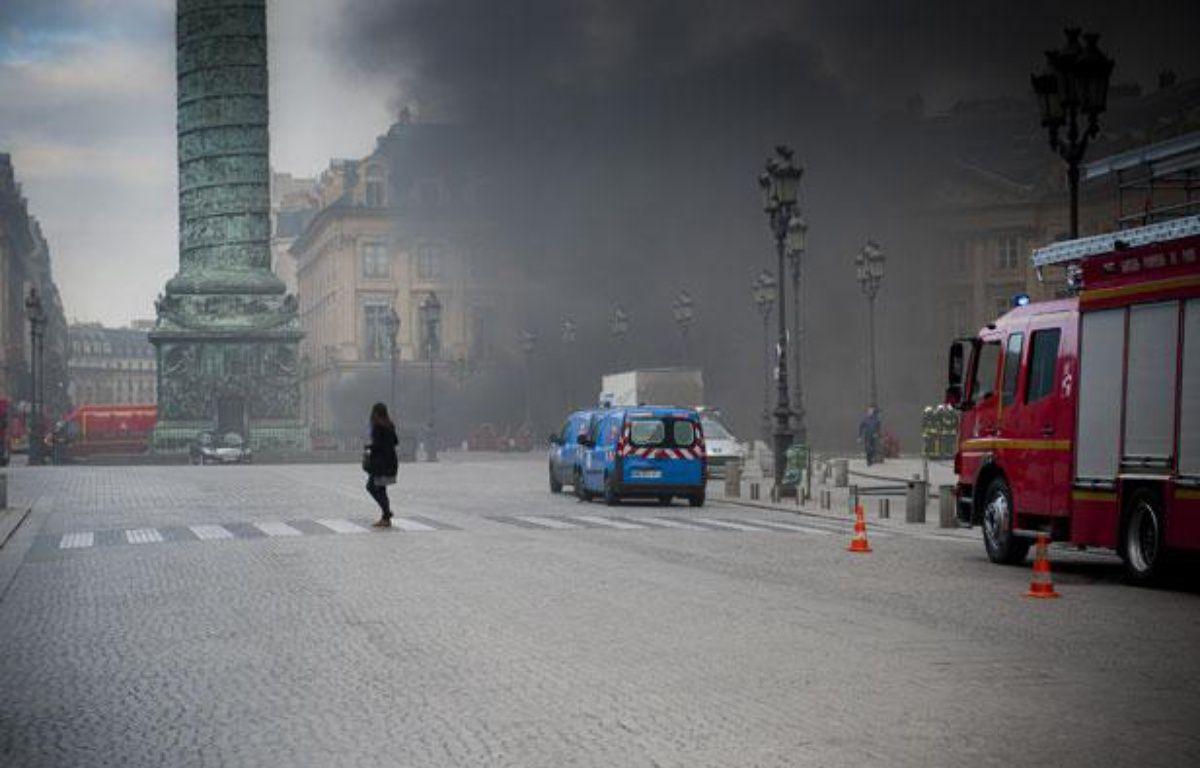 Une épaisse fumée se dégage d'un parking souterrain, place Vendôme à Paris, le 8 mars 2012. – Vincent Wartner / 20 MINUTES