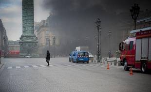 Une épaisse fumée se dégage d'un parking souterrain, place Vendôme à Paris, le 8 mars 2012.