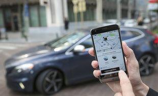 Un déplacement avec un véhicule Uber s'effectue via l'application mobile.