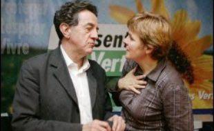 Dominique Voynet et Yves Cochet, arrivés à égalité après un vote interne chez les Verts pour choisir le candidat à la présidentielle, ont demandé lundi l'organisation d'un nouveau second tour de vote pour les départager, selon un communiqué commun.