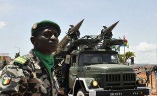 L'armée malienne a effectué lundi et mardi des tirs de sommation contre des groupes armés islamistes occupant le nord du Mali, qui ont progressé vers la ligne de démarcation entre leurs zones d'influence et les régions sous contrôle gouvernemental, selon une source militaire malienne.