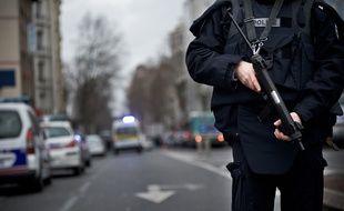 Illustration: Un policier et son arme.