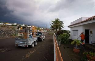 Une voiture pleine d'effets personnels est vue dans le village de Todoque, La Palma, Îles Canaries, le 22 septembre 2021.