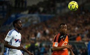 Nicolas Nkoulou et Jordan Ayew au duel lors d'OM-Lorient, le 24 avril 2015.