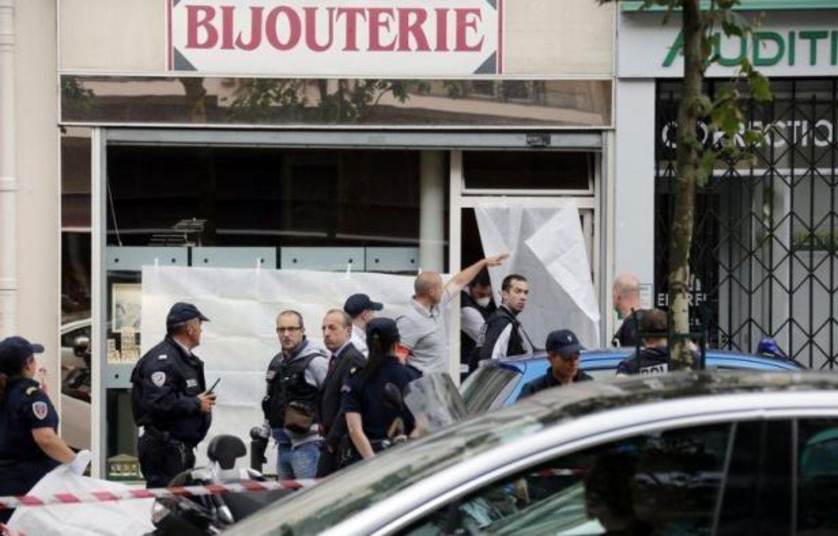 Des mots de soutien ont été placardés sur le commerce du bijoutier parisien qui a tué jeudi un homme ayant entrepris de braquer son commerce, a constaté dimanche un journaliste de l'AFP. – Pierre Verdy afp.com