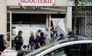 Des mots de soutien ont été placardés sur le commerce du bijoutier parisien qui a tué jeudi un homme ayant entrepris de braquer son commerce, a constaté dimanche un journaliste de l'AFP.