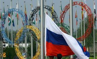 Le drapeau russe est hissé au village olympique lors de la cérémonie d'accueil des athlètes, le 5 août 2008 à Pékin