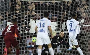 Moussa Dembélé s'élance et... réussit son penalty. Quelques instants plus tôt, Maxwel Cornet l'avait raté.