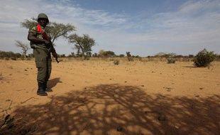 Un soldat malien se tient sur la route reliant Konna à Sévaré, au Mali, le 27 janvier 2013.