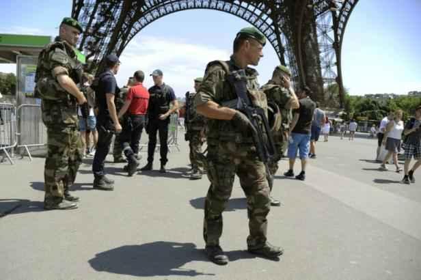 Des soldats patrouillent dans le cadre du plan Vigipirate devant la Tour Eiffel à Paris, le 26 juin 2015