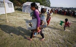 Des femmes avec leurs enfants dans un campement à Bhaktapur au Népal le 22 mai 2015.