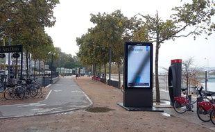 Un écran publicitaire numérique installé à Lyon sème la colère des antipubs.