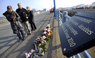 Des familles de victimes se recueillent devant une plaque commémorative à La Faute-sur-mer.