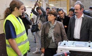 La Secrétaire générale du parti Socialiste, Martine Aubry discute avec des employés de l'entreprise d' insertion «Envie 16», le 22 septembre 2009 à Angoulème, dans le cadre de son «Tour de France du projet».