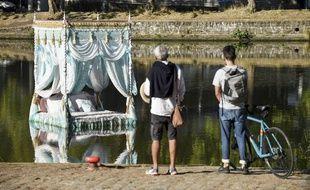 L'œuvre « Pas encore mon histoire », signée Vincent Olinet, représente un lit à baldaquin flottant.