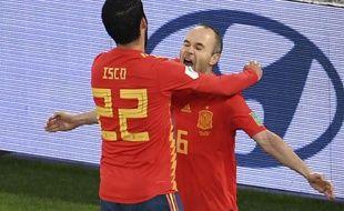 Iscoa  félicite Iniesta après sa passe décisive face au Maroc.