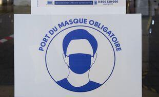 Un panneau imposant le port du masque (illustration).