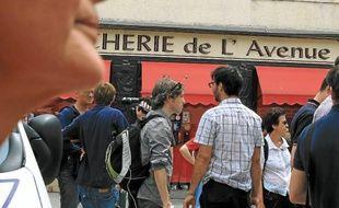 Refoulés en bas de l'avenue, riverains et curieux ont commenté l'affaire.