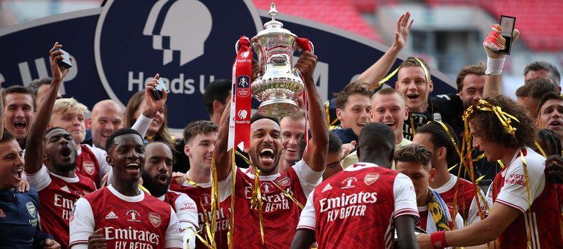 Pierre-Emerick Aubameyang soulève la Coupe d'Angleterre, samedi 1er août.
