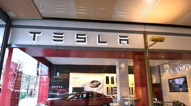 etats unis une tesla prend feu los angeles la vid o virale porte un nouveau coup au constructeur. Black Bedroom Furniture Sets. Home Design Ideas