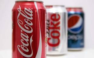 Des canettes de Coca-Cola, de Coca-Cola light et de Pepsi.