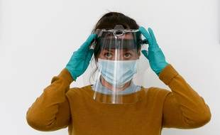 Des visières en plastique sont fabriquées pour protéger les soignants et personnels exposés (illustration)