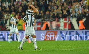 La Juventus Turin a gaspillé deux points en se laissant rejoindre en fin de match par Lecce réduit à dix (1-1), permettant à l'AC Milan, vainqueur de l'Atalanta Bergame (2-0), de revenir à une longueur et de relancer le championnat d'Italie, mercredi lors de la 36e journée.