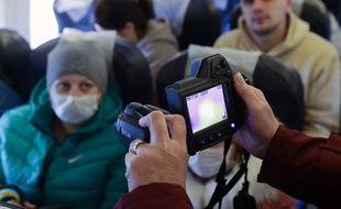 La température corporelle des passagers est prise dans les avions pour éviter la propagation du Coronavirus. (Illustration).