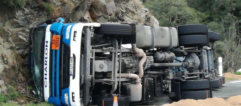 Le camion qui s'est renversé, avec 30.000 litres de carburant, ce vendredi dans l'Hérault