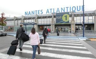 Des voyageurs entrant dans l'aéroport Nantes-Atlantique.