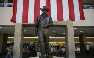 L'aéroport John Wayne, en Californie, avec sa célèbre statue à l'effigie de l'acteur.