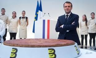 Emmanuel Macron devant une galette des rois de taille très peu raisonnable à l'Elysée, le 11 janvier 2019.